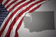美国的挥动的国旗灰色华盛顿州的映射背景 库存图片