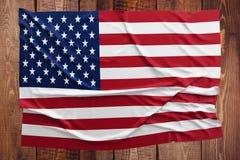 美国的旗子木桌背景的 起皱纹的美国国旗顶视图 库存图片