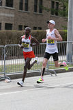 美国的肯尼亚敲打Galen Rupp的肯尼亚人杰弗里基鲁伊有2:09的时期的 37在波士顿马拉松2017年4月17日期间在波士顿 免版税图库摄影
