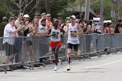 美国的肯尼亚敲打Galen Rupp的肯尼亚人杰弗里基鲁伊有2:09的时期的 37在波士顿马拉松2017年4月17日期间在波士顿 免版税库存图片