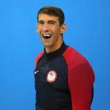 美国的迈克尔・菲尔普斯在奖牌仪式期间的在人的里约的100m蝴蝶以后2016奥林匹克 库存照片