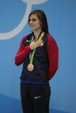 美国的青铜色奖章获得者凯瑟琳Meili在奖牌仪式期间的在妇女` s 100m里约的蛙泳决赛以后2016年 库存图片