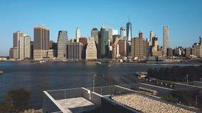美国的首都的鸟瞰图 从布鲁克林的寄生虫飞行向曼哈顿通过East河 股票录像