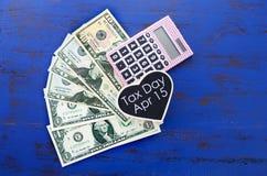 美国税天、4月15日或者金钱、储款和财务概念 免版税库存图片