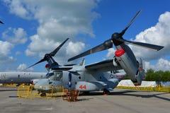 美国空军波音V-22白鹭的羽毛在显示的倾转旋翼航空器在新加坡Airshow 库存照片