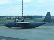 美国空军队加利福尼亚气导赫拉克勒斯飞机在机场,布拉格,捷克, 2018年6月 免版税库存照片
