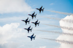 美国空军飞行在云彩上的F-16雷鸟 免版税库存图片