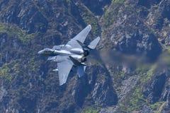 美国空军F-15E罢工老鹰飞行通过马赫圈 库存照片