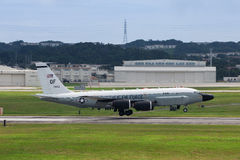 美国空军RC135在冲绳岛的航行器着陆 库存图片