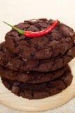 美国筹码巧克力曲奇饼被堆积的样式 库存照片
