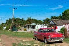 美国红色推托经典汽车在省马坦萨斯的小巷上停放了在古巴- Serie古巴报告文学 图库摄影
