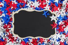 美国红色,白色和蓝星有黑板背景 免版税图库摄影
