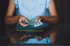 美国美元在手上,计数金钱的妇女 免版税图库摄影