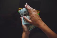 美国美元在手上,计数金钱的妇女 免版税库存图片