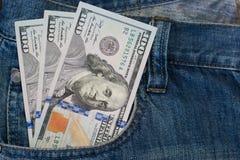 美国美元在牛仔裤口袋背景中 免版税库存照片