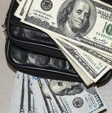 100美国美元在袋子的图片,美元图片在金钱钱包里, 免版税库存照片