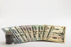 美国美国美元金融法案和硬币分在白色b传播了 库存图片