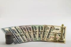 美国美国美元金融法案和硬币分在白色b传播了 免版税库存图片