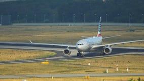 美国航空乘出租车在法兰克福机场的空中客车A330 股票录像