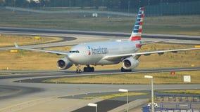 美国航空乘出租车在法兰克福机场的空中客车A330 影视素材