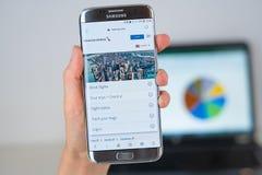 美国航空公司网站在手机屏幕的 图库摄影