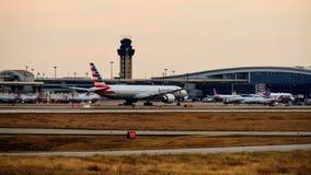 美国航空波音777飞机准备好起飞 库存照片