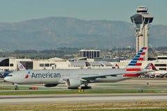 美国航空波音B-777-323ER N727AN 免版税库存照片