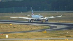 美国航空空中客车A330登陆了和乘出租车 股票视频