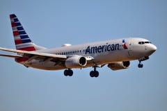 美国航空进来为着陆的波音737 库存图片