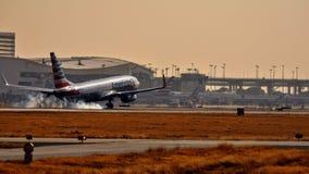 美国航空进来为着陆的波音737 库存照片