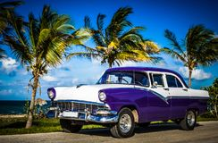 美国蓝色白色福特Fairlane经典汽车在Malecon停放了在哈瓦那古巴- Serie古巴报告文学的海滩附近 库存图片