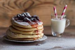 美国薄煎饼服务用在木背景的樱桃果酱 免版税图库摄影