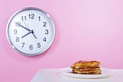 美国薄煎饼用倒的枫蜜 库存图片