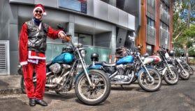 美国被制造的哈利戴维森摩托车和圣诞老人` s小的帮手 免版税库存图片