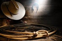 美国西方圈地牛仔套索套索在谷仓 免版税库存图片