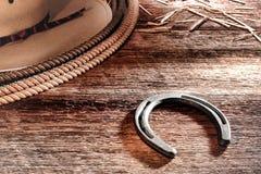 美国西方圈地牛仔马掌帽子和套索 免版税库存图片