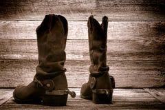 美国西方圈地牛仔靴在老木谷仓 图库摄影