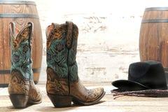 美国西部圈地女牛仔花梢靴子和帽子 库存照片