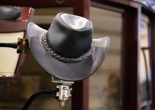 美国西部圈地牛仔黑皮革帽子在老木大农场谷仓 免版税图库摄影