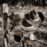 美国西部在篱芭的传奇圈地西部马鞍 免版税库存照片