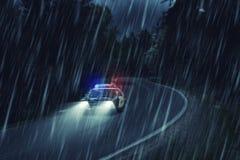 美国警车在工作在晚上在森林里,大雨, motio 免版税库存照片