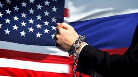 美国认可俄罗斯,被束缚的胳膊,政治或者经济冲突 免版税图库摄影
