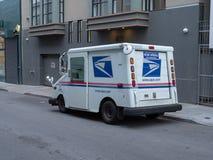 美国邮政局送货卡车在城市 免版税库存图片