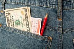 美国金钱和抽奖赌注在口袋滑倒 免版税图库摄影