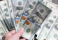 美国金钱在棕色背景的一只手上 特写镜头 免版税库存照片