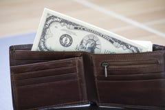 美国金钱组装在棕色皮革钱包里 免版税库存图片