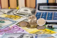 美国铸造,欧分、一磅在美元的和欧洲票据 库存照片