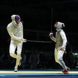 美国队L的击剑者竞争反对队里约2016年奥运会的人` s队箔的埃及击剑者 库存照片