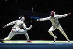 美国队R的击剑者竞争反对队里约2016年奥运会的人` s队箔的埃及击剑者 库存照片