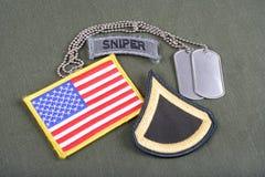 美国陆军一等兵茂盛的补丁、狙击手选项、旗子补丁和卡箍标记在橄榄绿unifor 图库摄影